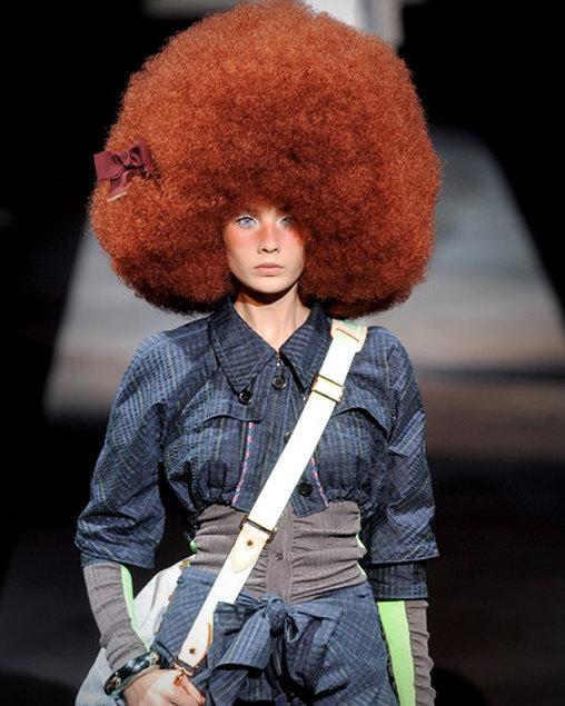 Roter Afro auf dem Catwalk