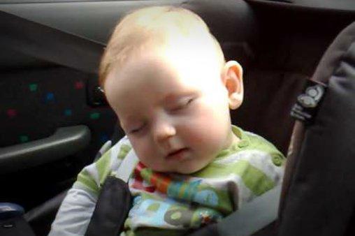 Lachen oder schlafen dieses baby kann sich nicht entscheiden
