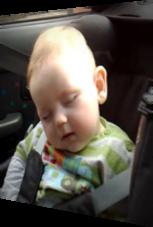 Lachen oder Schlafen? Dieses Baby kann sich nicht entscheiden!