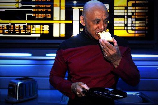 Tony isst einen Toast bei der Arbeit. Auch das hätte es bei der Sternenflotte nicht gegeben!