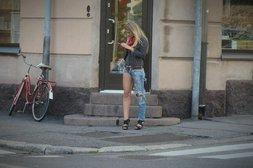 Frau trägt Hose mit einem langen und einem kurzen Bein