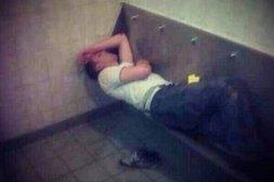 Im Urinbecken eingeschlafen
