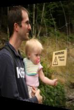 Das Baby den Elektrozaun anfassen lassen