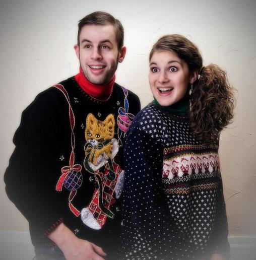 An Geschmacklosigkeit sind diese Bilder kaum zu übertreffen, doch die beiden machen gute Miene zum hässlichen Weihnachtspulli.