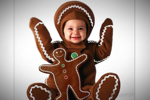 Baby als Lebkuchen verkleidet.