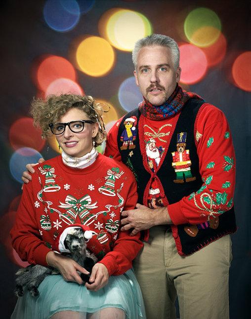 Das perfekte Weihnachtsbild mit besonders hässlichen Weihnachtspullis.