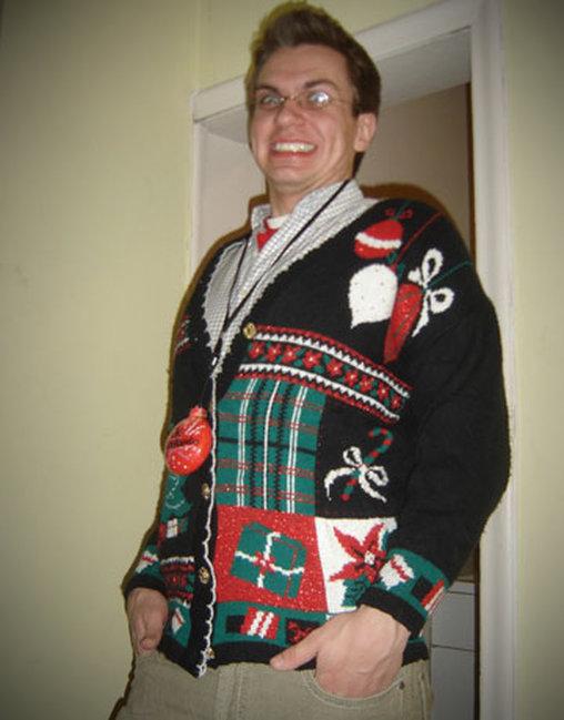 Der Enkel trägt den von Oma gestrickten Weihnachtspulli sichtlich mit Freude.