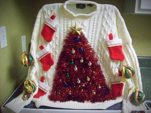 Schlimmer geht es wohl nicht, Nikolausstiefel und Weihnachtsbaum direkt auf dem Pulli.