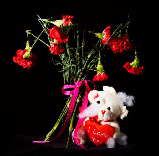 Makabrer Blumenstrauß mit abgeknickten Köpfen
