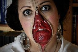 Reißverschluss im Gesicht