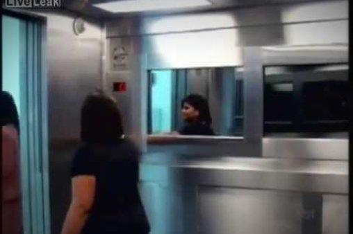 Gruseliger Fahrstuhl-Streich: Warum nur alle vor einem harmlosen kleinen Mädchen Angst haben?