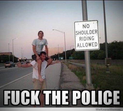 Fuck the Police auf den Schultern
