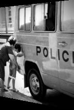 Gegens Polizeiauto pinkeln – das geht nie früh genug