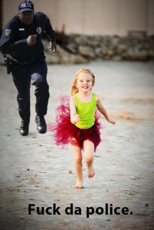 Mädchen läuft vor Polizei weg