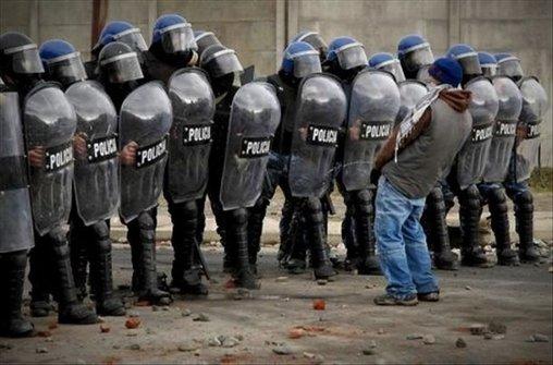 Polizei anpinkeln – diese Beamten tragen wenigstens ein Schild