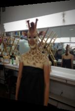 Mensch mit perfektem Giraffen-Make-Up