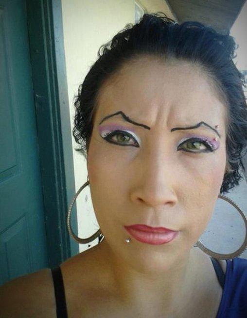Falsch gemalte Augenbrauen