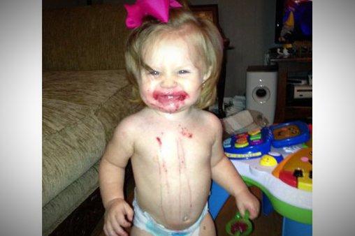 Kleines Mädchen verspeist mit vollem Körpereinsatz Kirschen