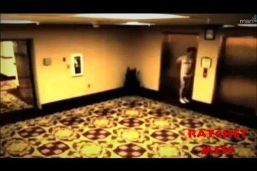 Mann läuft nackt durch ein Hotel