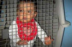 Kind in Hundebox eingesperrt