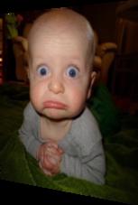 Baby mit skeptischem blick