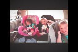 Babys rocken im Auto