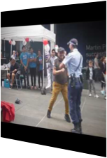 Filigrane Polizistin tanzt mit älterem Herrn