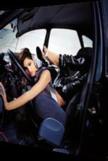 Model posiert bizarr im Auto