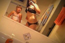 Tochter stört beim Posieren