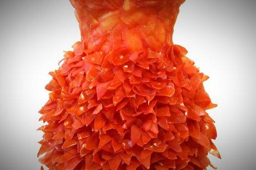 Dieses Kleid erinnert an ein Arrangement aus zahlreichen Blütenblättern
