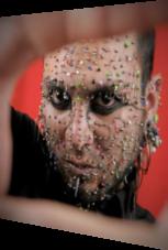 Piercings im ganzen Gesicht