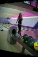 Blondine versagt beim Bowling spektakulär