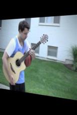 Junger Mann spielt mit Gitarre Basketball