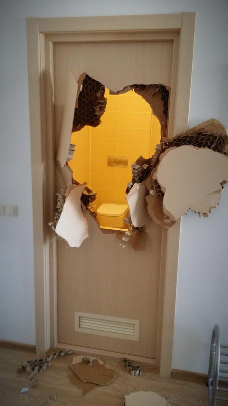 Durchbrochene Badezimmer-Tür in Sotschi - lol.de