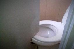 Sehr enge Toilette