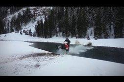 Schneemobil versinkt im Fluss