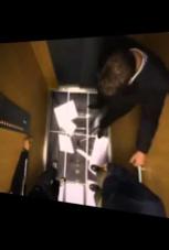 Fahrstuhl-Scherz: Dieser Aufzug verliert auf einmal seinen Boden!